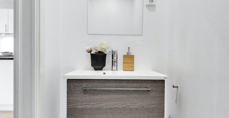 Separat toalettrom med varmekabler i gulv.  Nyere veggmontert wc og servant med blandebatteri