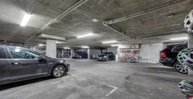 Seksjonen disponerer to romslige åpne garasjeplasser ved siden av hverandre i felles lukket garasjeanlegg i kjeller. Garasjeplassene ligger innerst ved siden av privat kjellerdør inn til boligen