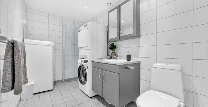 Bad/wc/vaskerom med varmekabler i gulv. Dusjhjørne med innfellbare dusjdører, nyere wc, ventil/avtrekk, servant med underskap og blandebatteri, varmtvannsbereder, samt opplegg til vaskemaskin