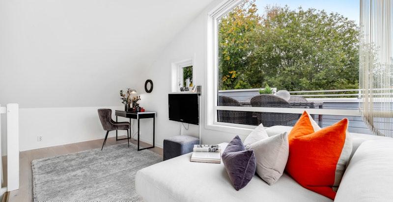 Lyst og hyggelig rom med vinduer mot øst og syd