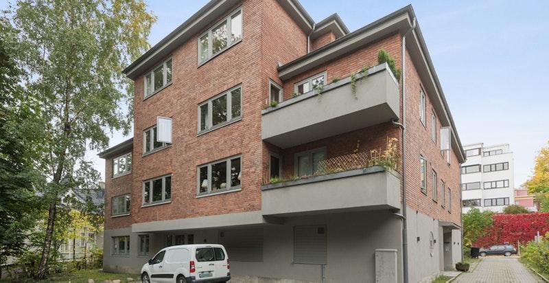 Fasade, leiligheten har mulighet for utendørs parkeringsplass