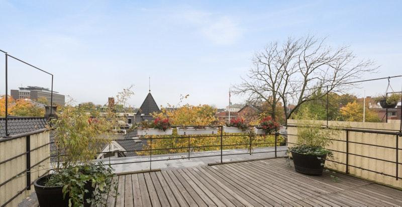 Romslig terrasse med svært gode solforhold
