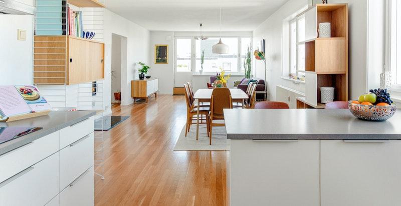 Kjøkkenet er flyttet til stue og den åpne løsningen mot stue gjør dette til et flott allrom
