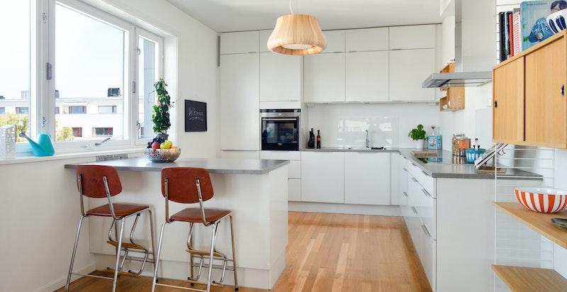Åpent kjøkken med spiseplass ved utsikten
