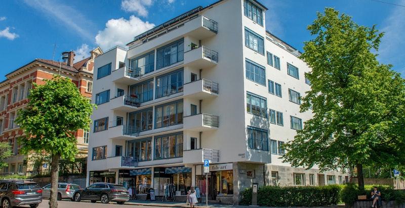 Klassisk og velholdt funkisbygg tegnet av arkitekt Frithjof Platou , toppleil.