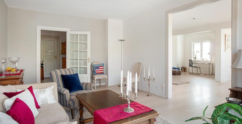 Stuen består av flere soner og det er god kontakt mellom rommene  Det er to pipeløp med antatt peismulighet