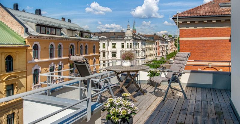 Den private terrassen går rundt hele leiligheten og man kan følge solen fra den står opp til den går ned.