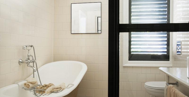 Inneholder både badekar og dusjnisje