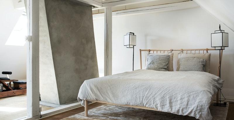 Loftet er innredet med trimrom og seng (ikke varig opphold)
