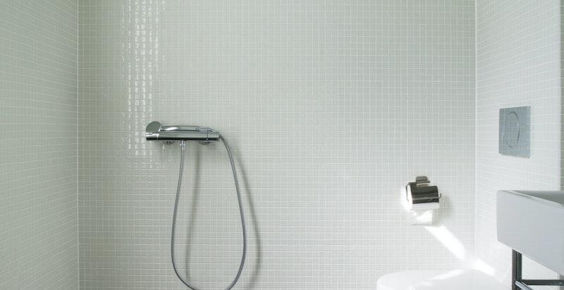 WC med dusj i kjeller