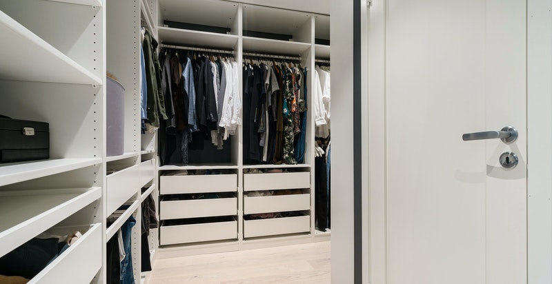 Walk-in closet inn fra hovedsoverom