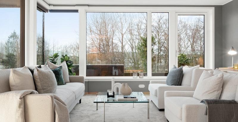 Fra stue mot balkong. Sydvestvendte vindusflater (utvendig screens/solskjerming er inkludert).
