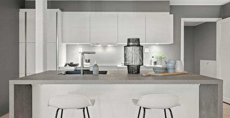 Kjøkken fra franske Mobalpa med integrerte hvitevarer. Moderne kjøkkenøy.