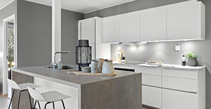 Topp moderne kjøkken fra franske Mobalpa med integrerte hvitevarer fra Siemens og Miele.