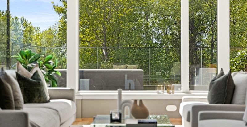 Herlig atmosfære og store vindusflater.