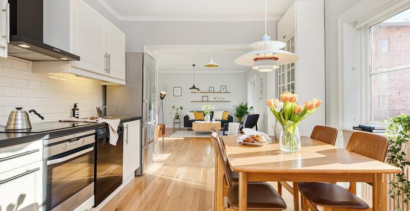Kjøkken med hyggelig spiseplass