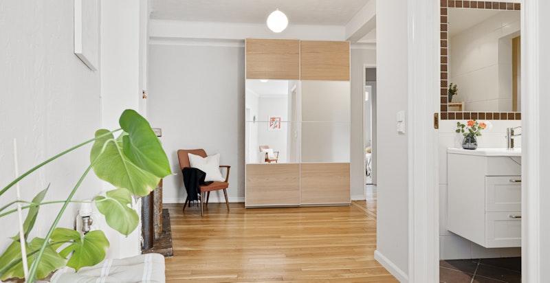 Romslig entré/hall med plass til oppbevaring