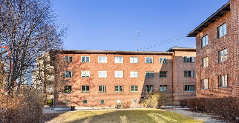 Fasade fra vest. Bygning vender mot grøntareal