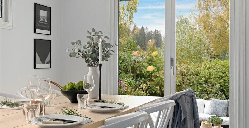 Fra stue/spisestue er det utgang til en hellelagte terrasser og hage.