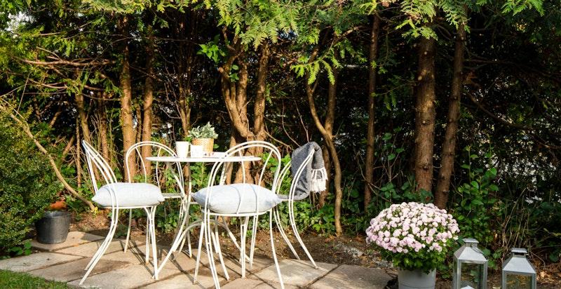 Det er plass til å lage flere utesoner i hagen og terrassene.
