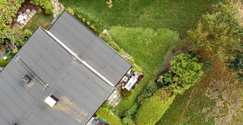 Dronefoto over hage.
