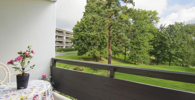 Terrasse med morgensol. Nylig pusset opp i hele sameiet