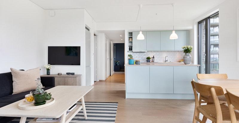 Den åpne løsningen mot kjøkkenet bidrar til en sosial planløsning.