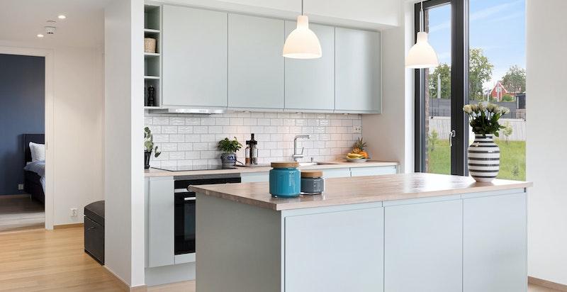 Kjøkkeninnredning fra Sigdal. Kjøkkenøyen er utvidet i dybden med 3 skap.