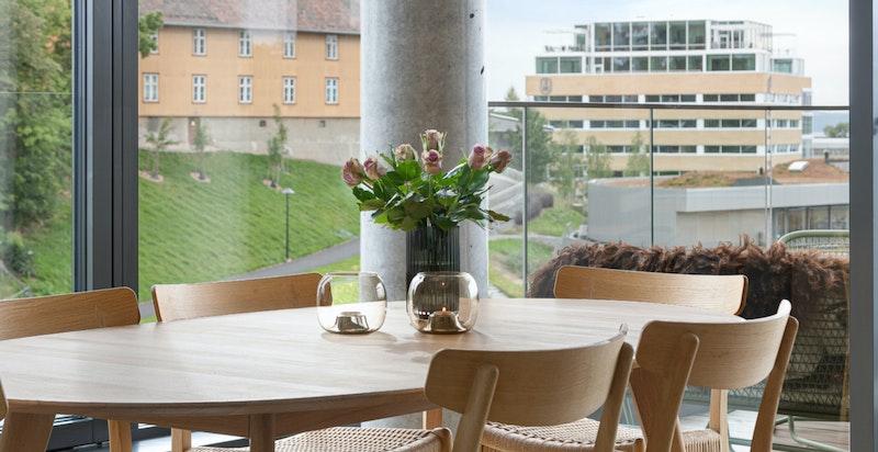 Spisestue med plass til stort spisebord.
