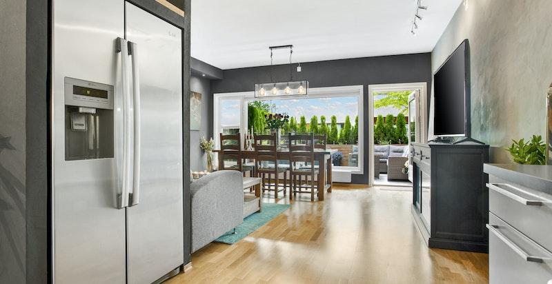 """Stort kjøleskap smart plassert """"på vei ut"""" til stuen"""