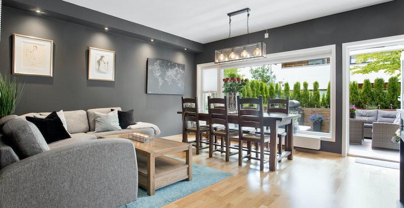Romslig stue med smakfulle fargevalg. Her er det god plass for både salong og spisestue.
