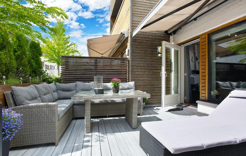 Stor terrasse med utgang fra stue og sol fra morgen til tidlig ettermiddag, før solen går bak til den andre terrassen