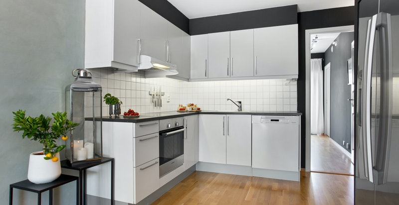 Kjøkkenhjørne med god benkeplass og lagringsplass.