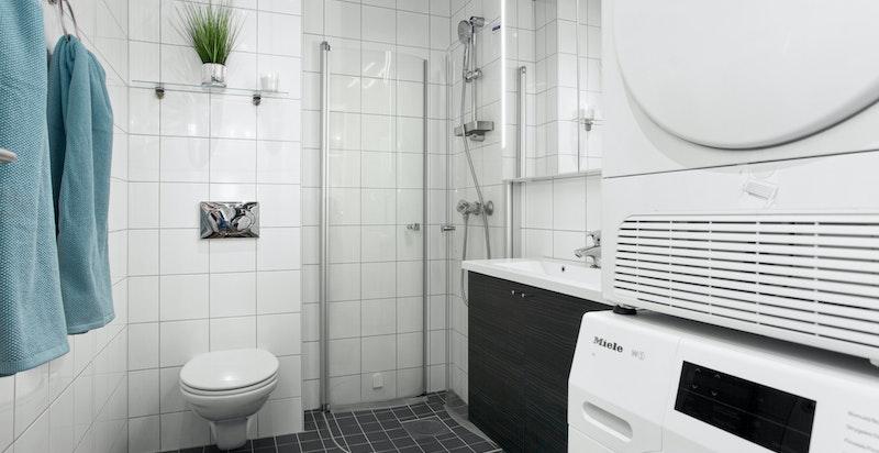 Romslig lekkert bad fra byggeår med god plass til både vaskemaskin/tørketrommel, dusjhjørne og klosett.
