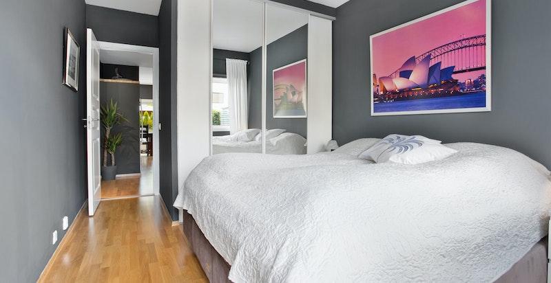 Soverommet har godt med skapplass
