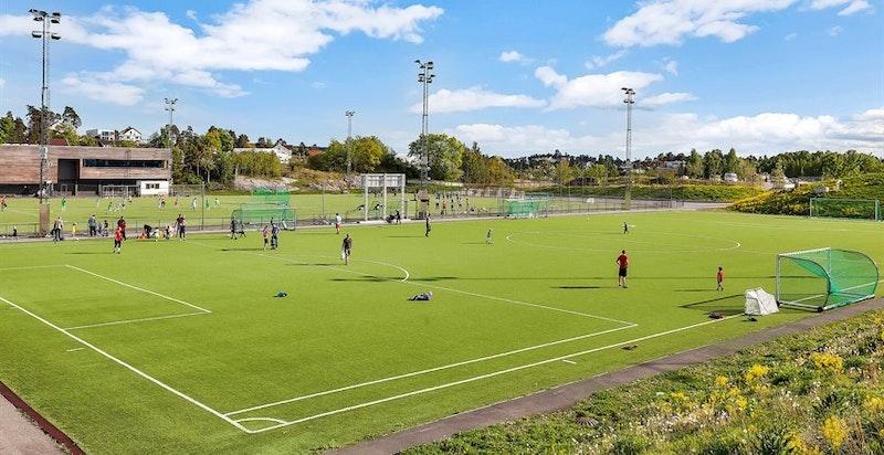 Hundsund grendesenter med idrettsanlegg, svømmehall, barnehage, ungdomsskole med mer bak sameiet