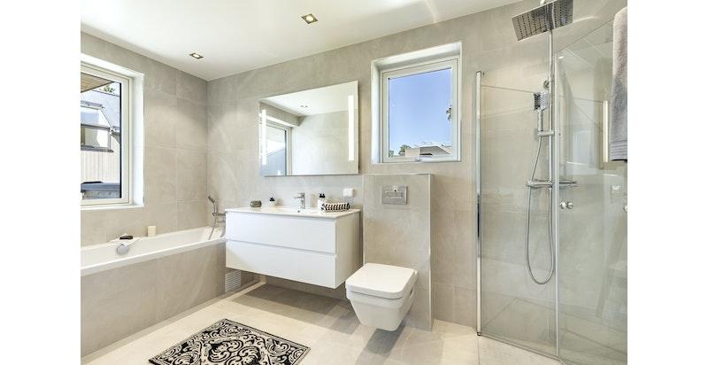 Baderom med badekar - adkomst fra hovedsoverom