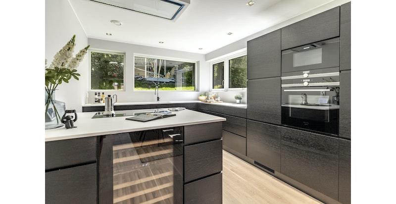 Kjøkkeninnredning fra KVIK med integrerte hvitevarer