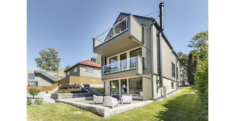 Moderne bolig med store vindusflater og gode solforhold