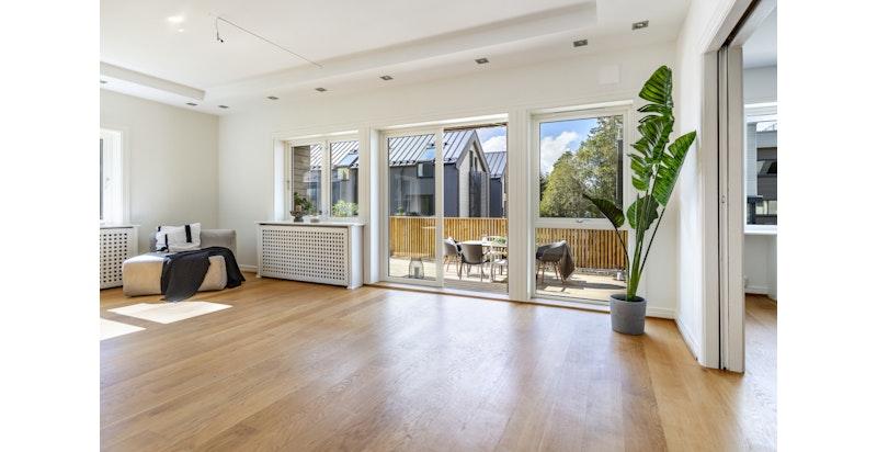 Stor stue med store vindusflater