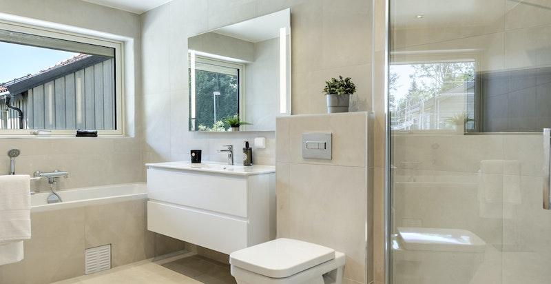 Bad 2 med badekar og dusj
