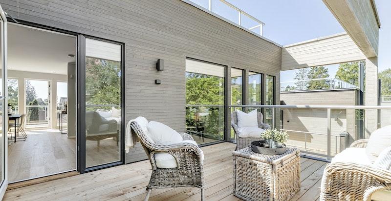 Stor terrasse med god plass til utemøbler