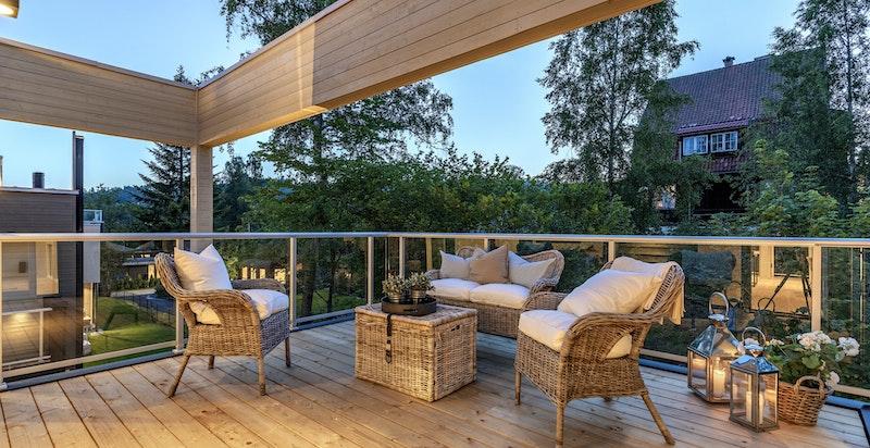 God plass til utemøbler på balkongen