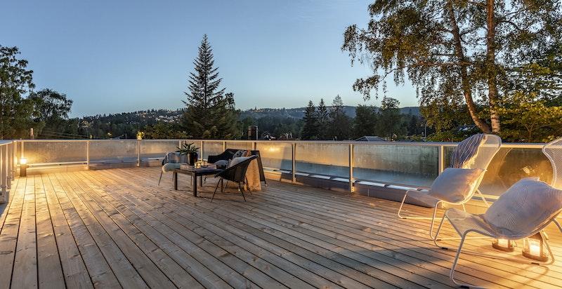 Stor takterrasse med gode solforhold og utsikt