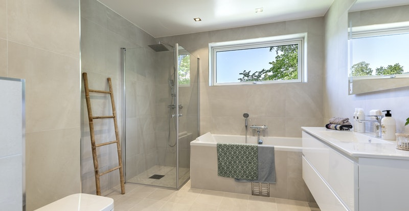 Baderom med badekar og dusjhjørne
