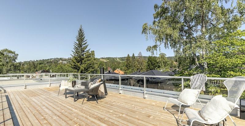 Takterrasse med svært gode solforhold og fin utsikt