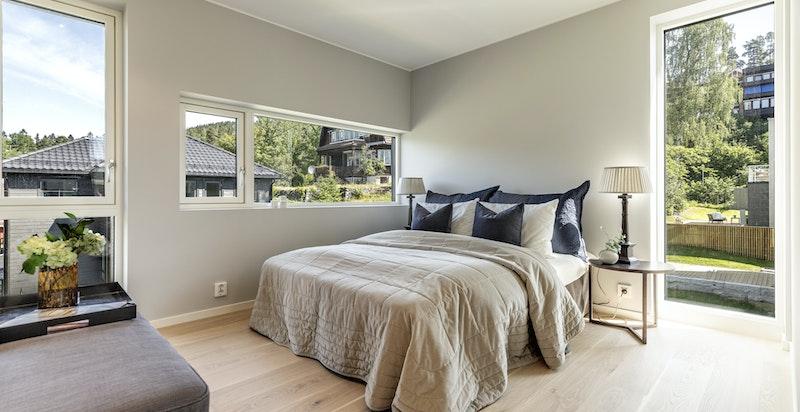 Romslig hovedsoverom med god plass til dobbeltseng og nattbord