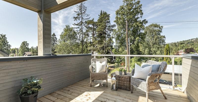 Balkong med god plass til utemøbler