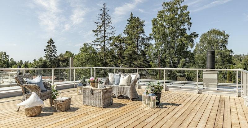 Stor takterrasse med svært gode solforhold
