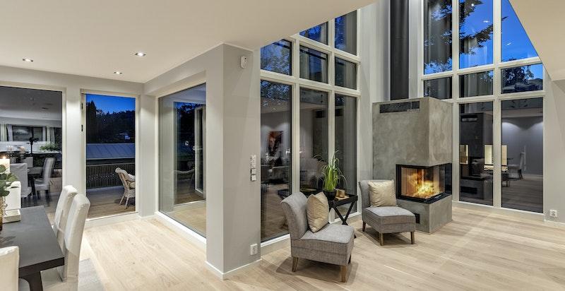 Slående takhøyde og vinduer fra gulv til tak